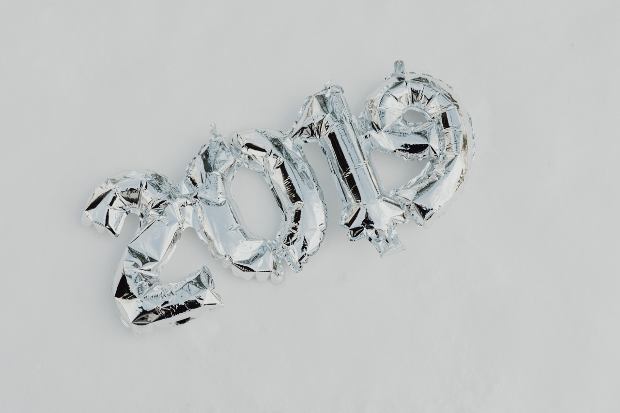 kaboompics_Silver balloons in shape of New Year of 2019 (1)